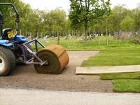 В одном из Королевских парков стелили рулонную траву. Еще один миф об английских газонах, которые нужно стричь 300 лет, развеян.