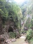 Гуамское ущелье, причудливые пещеры по бокам.