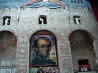 В музее С.Дали в центре картина при ближайщем рассмотрении в центре видна фигура Галлы, а издали лицо президента