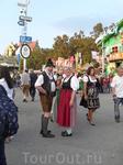 Местное население очень любит в дни Октоберфеста покрасоваться в национальных костюмах