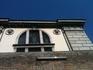 венецианская тюрьма, действующая. По стене сверху ходит красавец полицейский.