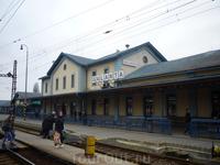 Железнодорожная станция Галанта: движение довольно интенсивное и все надписи дублированы на венгерском