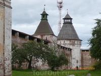Крепостные стены с бойницами и башнями- уникальный памятник русского оборонного зодчества середины 14 века.