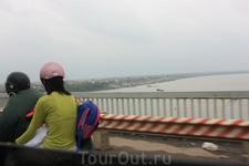 Мост через красную реку, построенный советскими специалистами еще.