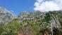 Крепостная стена и где-то там наверху флаг Черногории