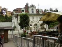 в г.Фюссен,здесь посадка в автобус,который доставит нас по живописной крутой дороге к замку.