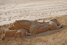 Песчаная скульптура на пляже в Бенидорме.