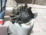 по всему городу, в самых неожиданных местах можно увидеть вот таки интересные скульптуры - это памятник Улыбке