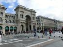 В 1865—1877 годах на северной стороне площади было возведено здание одного из крупнейших европейских пассажей— Галереи Виктора Эммануила II.