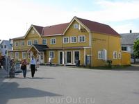 И въезжаем в городок Henningsvaer. Оставляем машину на площади и спокойно гуляем, как другие туристы.