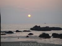 пляж разделен вот такими камнями, вулканического происхождения