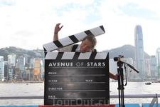 Аллея Звезд... Хлопушка киношная в качестве гильотины иногда может и пригодиться.. ;)