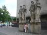 """Музы.  Название этого (пешеходного) переулка: """"Kay-und-Lore-Lorentz-Platz"""", то есть, дословно: Площадь Кая и Лоры Лоренс"""" - в честь супругов Лоренс, основавших ..."""