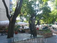 Памятник любимице Одессы звезде немого кино Вере Холодной.