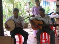 Маленький семейный ансамбль поет традиционные Вьетнамские мелодии и песни только ради нас. Приятно, и требует вознаграждения. ))