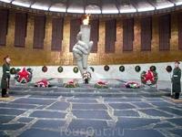 Далее идем в Зал Воинской Славы.Это здание цилиндрической формы.По центру рука,сжимающая факел с вечным огнем.На стенах фамилии погибших воинов.