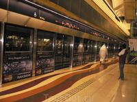 Перрон на станции метро.
