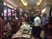 Здесь же на рынке находится знаменитая кофейная лавка, где кофе обжаривают, мелют, расфасовывают и продают еще теплым. В эту лавку всегда стоит очередь ...