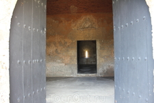 Крохотные оконца в толстых каменных стенах крепости