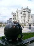 Резиденция Президента и Дом с Химерами, а я обнимаю  шар ))))