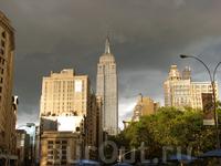 Empire State Building на фоне предгрозового неба