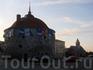 Первая достопримечательность в городе, с которой встречаются автомобилисты-путешественники - это Круглая башня на Рыночной площади... здесь паркуется 98 ...