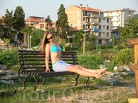 На скамейке перед фонтаном