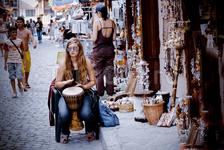 Продавщица в антикварной лавке