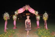 арка молодеженов (свадьба в отеле проходила)