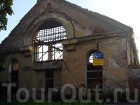 дошли до разрушенного в 88 году здания завода, что находится в конце (или начале) Красноармейской улицы