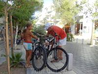 Закрепляем велосипеды, чтобы дальше гулять пешком