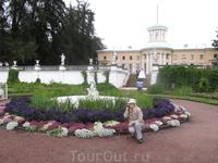 Мама на нижней террасе на фоне главного дворца