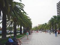 Парк Салоу Променад — вдоль береговой линии пляжа Льевант, самого большого пляжа в городе