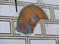 На одном из домов сохранился фрагмент настенной иконы.