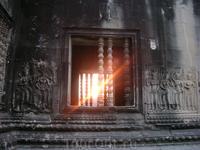 Лучи солнца в окне
