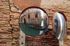 Зеркала на перекрестках - чтобы лодкам на столкнуться.