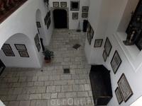 Такой вот небольшой внутренний дворик образовался в результате перестройки замка. Сейчас туда вход запрещен - это личная зона хозяина замка.