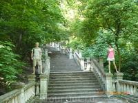 Старая лестница в парке. Скульптуры живые.