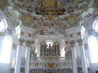 более 250 лет играет орган и дают концерты в этом зале.Здесь же есть наверху *врата в рай*они поворачиваются за нами,куда бы мы не шли.