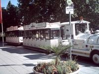 Возвращаясь к автобусу, мы увидели экскурсионные автопоезда.