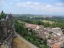 Старинный город-крепость Каркассон и современный город вокруг..
