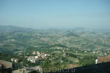 Вид  на  окрестности  Сан-Марино сверху,с крепостной стены.