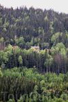 иногда на склонах встречаются одинокие домики