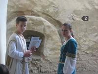 Замок в Старой Любовне.Экскурсоводы в исторических костюмах.