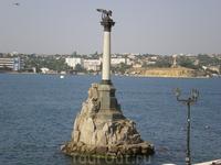 Символ Севастополя - Памятник затопленным кораблям.  Памятник воздвигнут в память о кораблях, принесенных в жертву, чтобы прикрыть Севастопольский рейд от англо-франко-турецких атак с моря. Он предст