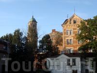 в одном из дворов находится Часовая башня, построенная в 1494году, до наших дней башня надстраивалась и и перестраивалась... а часы на ней до сих пор показывают ...
