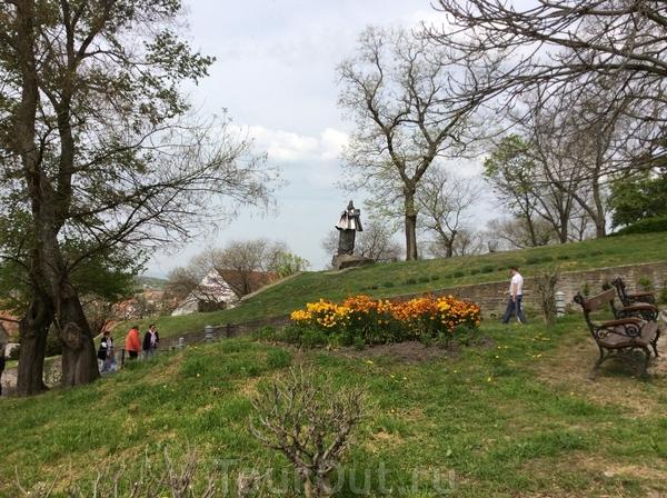 Невероятный падающий памятник... Кроме того, неясно, где у него фас, а где анфас )))