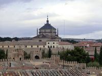 Дальше наш путь лежал к выходу из города. Отсюда, с высоты, хорошо виден Hospital de Tavera. Строительство госпиталя Тавера (Hospital de Tavera) было начато в 1541 году по распоряжению Хуана Пардо де