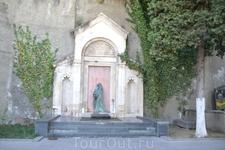 Пантеон писателей и общественных деятелей Грузии Мтацминда 04 Дек  Здесь похоронены многие из известных писателей, артистов, учёных и национальных героев ...