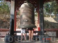 Можно сесть под колокол, а монах находящийся радом,  ударит по колоколу и пока слышится звон пропоет что-то типа молитвы. За это  нужно сделать пожертвование ...